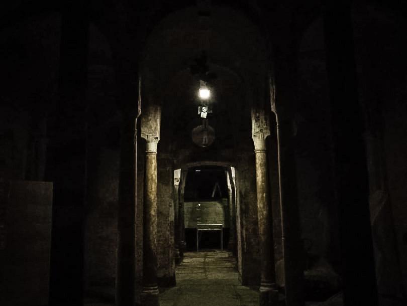 Visita a lume di lanterna alla Cripta di San Sepolcro: la più antica chiesa sotterranea di Milano