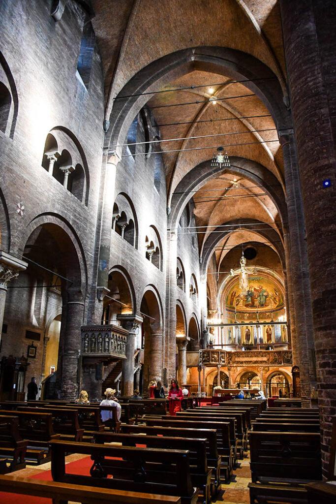 Gli interni del Duomo di Modena