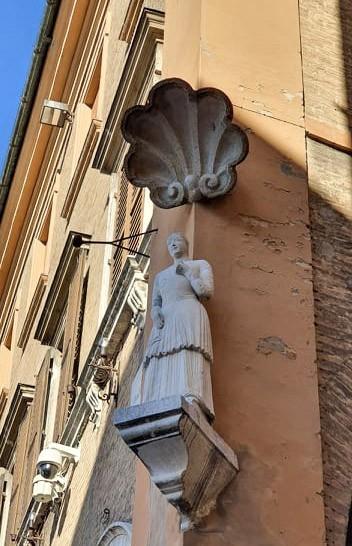 Curiosità su Modena: la statua della Bonissima in Piazza Grande