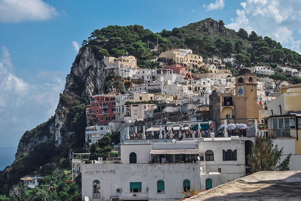 La piazzetta di Capri e un caffè al Piccolo Bar