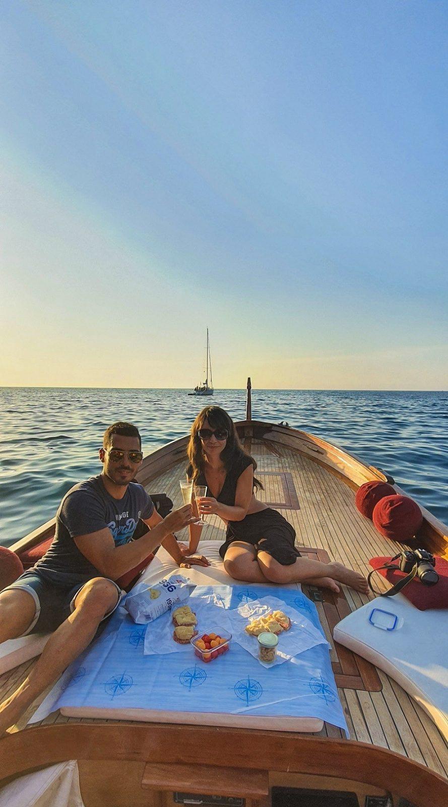 Aperitivo in barca al tramonto all'isola d'Elba